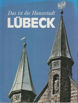Das ist die Hansestadt Lübeck. Text in deutscher, englischer, schwedischer und dänischer Sprache.
